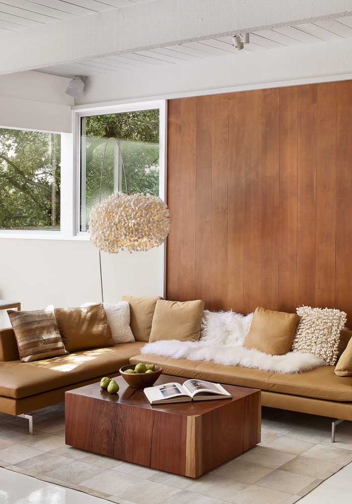 O sofá de couro sintético marrom traz sobriedade e elegância para a sala de estar