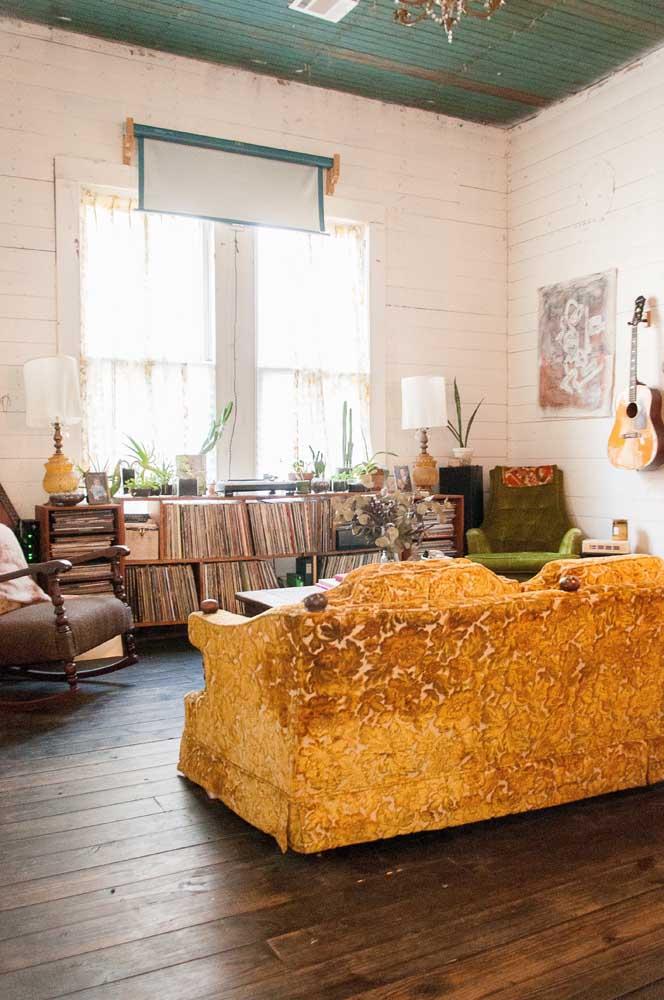 Um luxo esse sofá em jacquard amarelo ouro: repare como a cor e a textura do tecido se harmonizam com o estilo da decoração