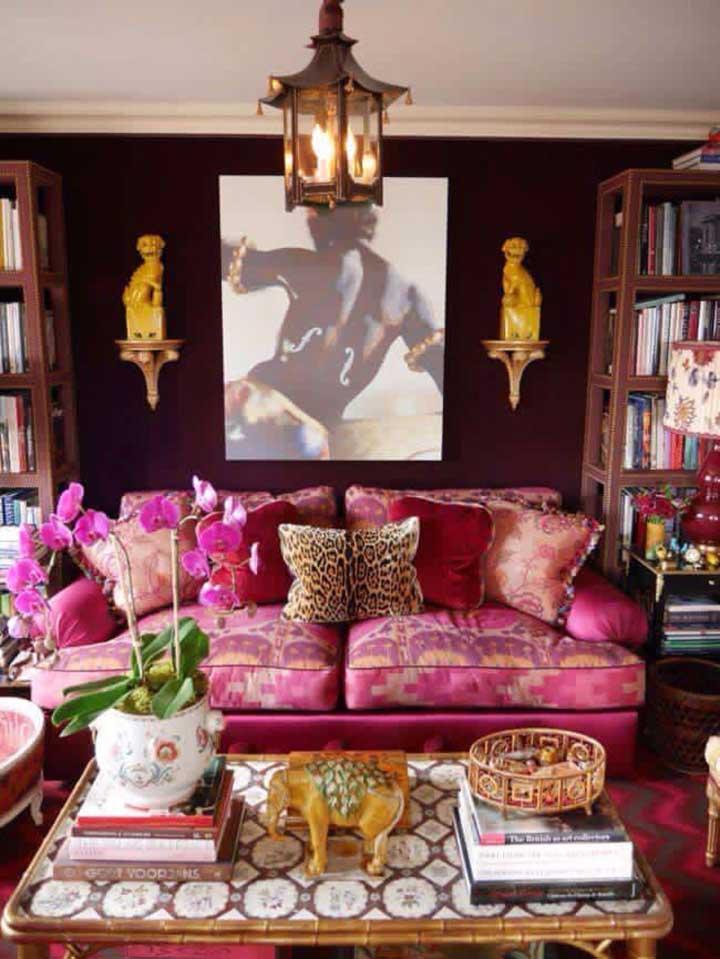Um pouco mais ousado, esse sofá apostou em um jacquard rosa pink com estampa que mescla o lilás e o amarelo
