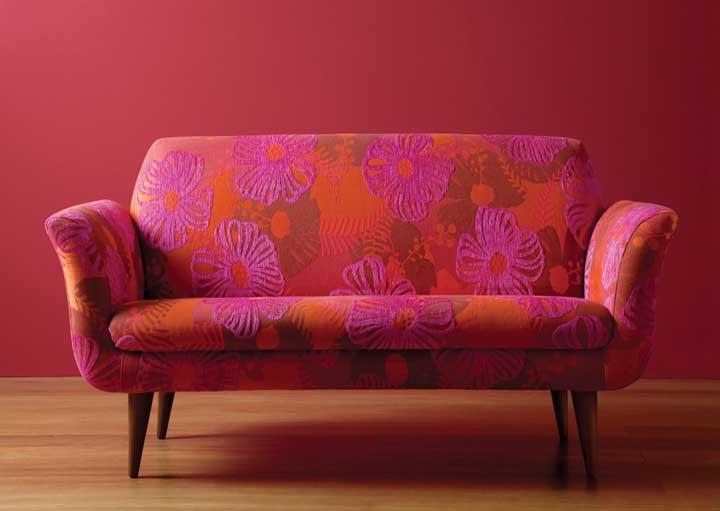 Um sofá vermelho e rosa em jacquard para quem deseja uma decoração cheia de estilo e personalidade