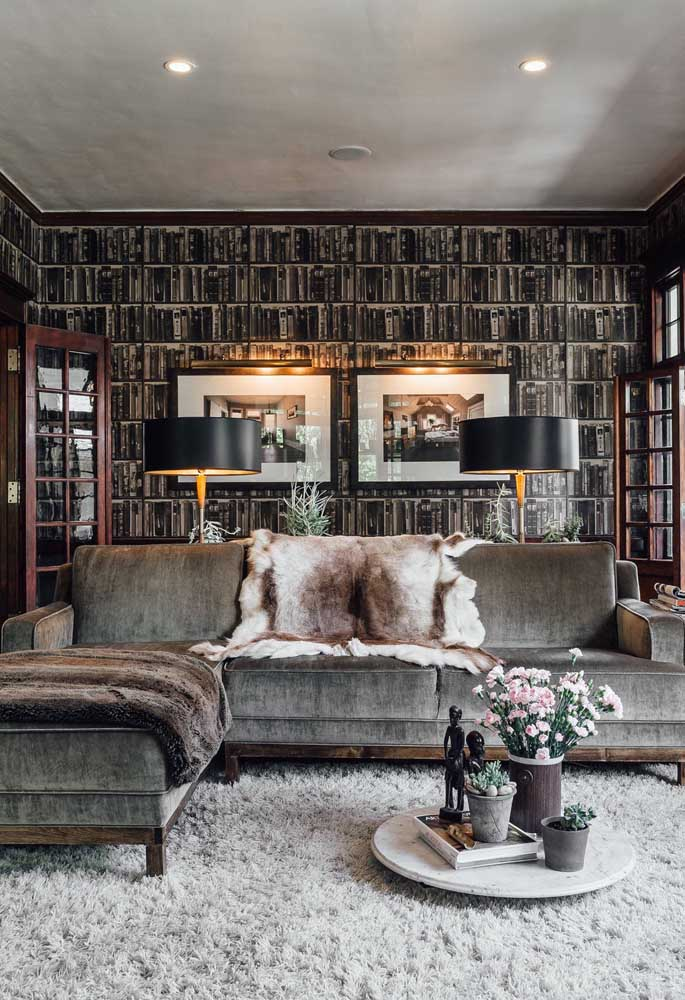 A sala elegante e acolhedora apostou em um sofá de chenile cinza escuro para combinar com a decoração