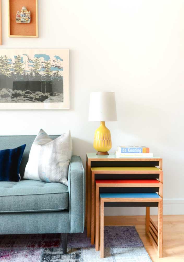 Sofá de linho azul claro; modelo simples valorizado pela beleza e qualidade do tecido