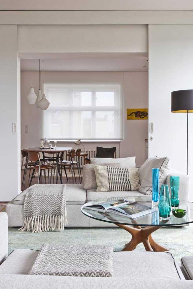 Sala de tons neutros com sofá de linho cinza claro