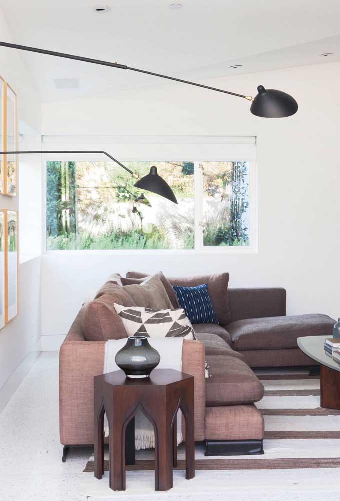 A elegância do marrom unida a beleza do linho: que sofá não fica lindo com essa combinação?