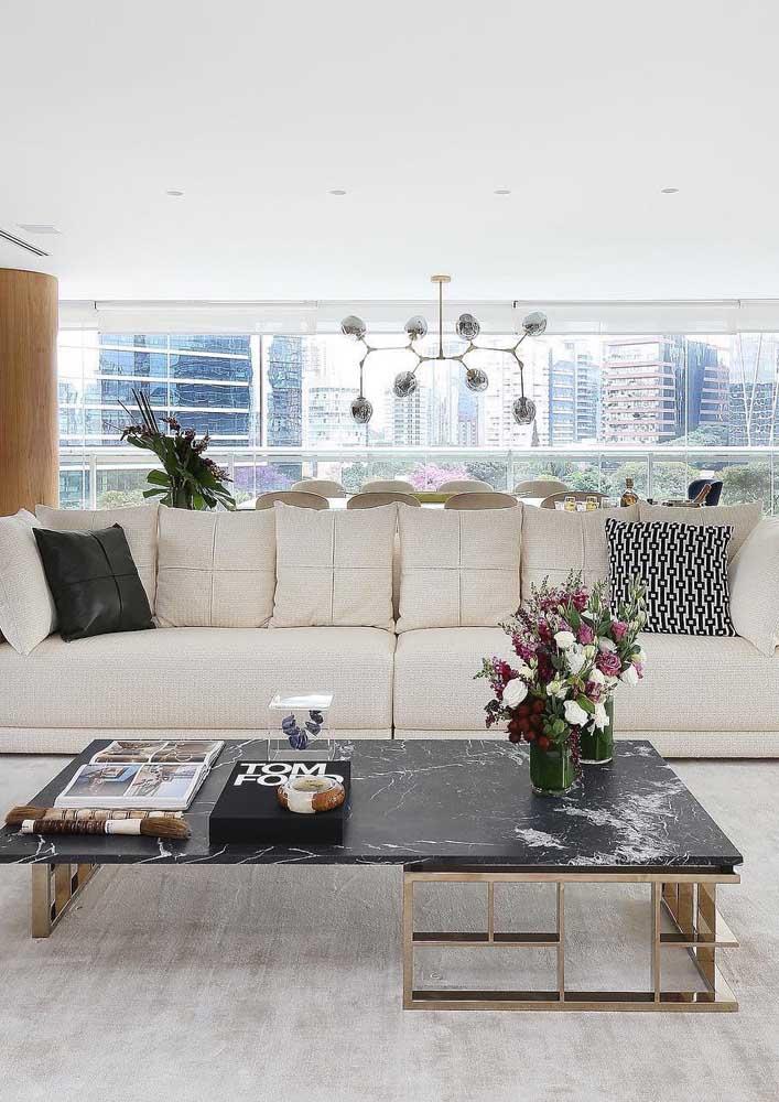 Já essa sala clássica soube aproveitar como ninguém a estética perfeita do linho para o sofá