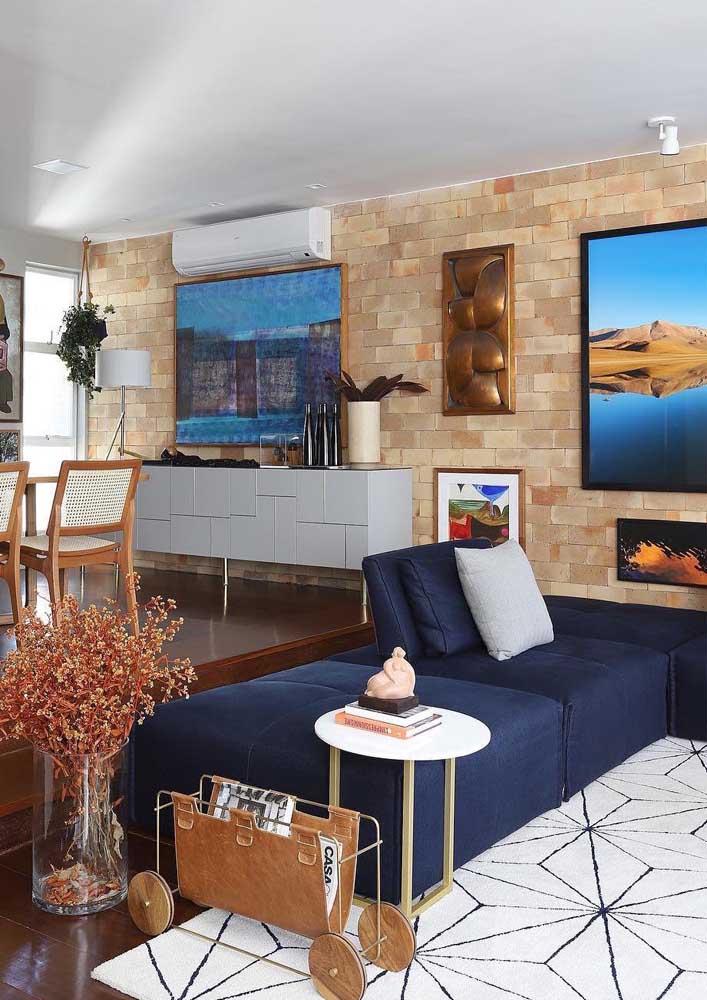 A cor azul marinho caiu muito bem nesse sofá de sarja com design moderno
