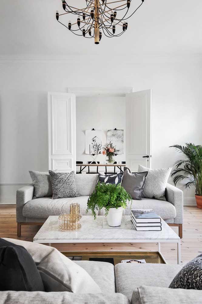 O cinza é um coringa para quem tem dúvidas sobre qual cor de sofá escolher