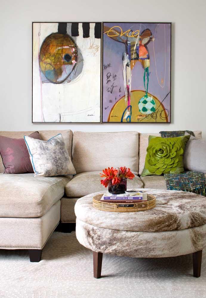 O tom claro e neutro do sofá de chenile combina com qualquer proposta de decoração