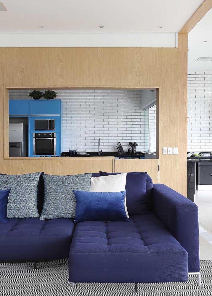 As almofadas dão o toque final para esse sofá de sarja azul