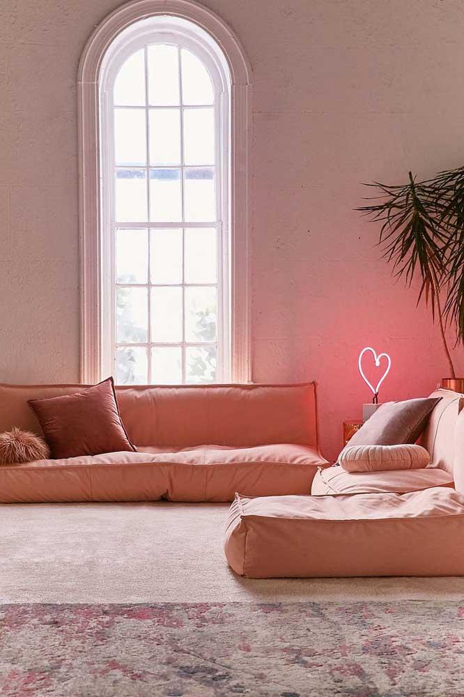 Sofá de sarja estilo futon na cor do ano 2019, o living coral