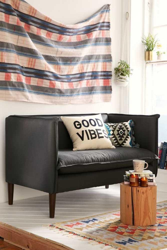 Sofá preto em suede: mesmo pequeno, o estofado cumpre com seu papel estético na sala