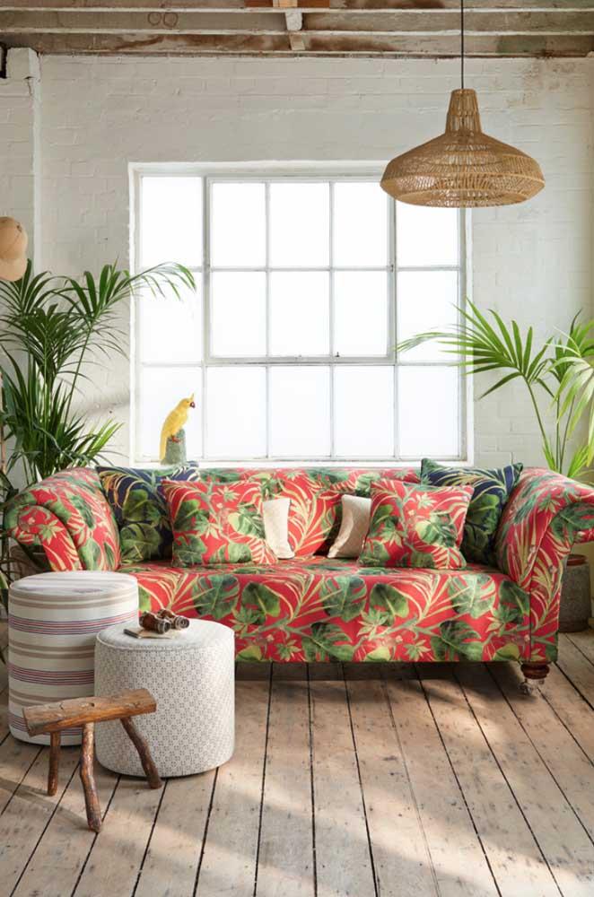 Sofá em tafetá estampado; o estilo tropical está garantido aqui