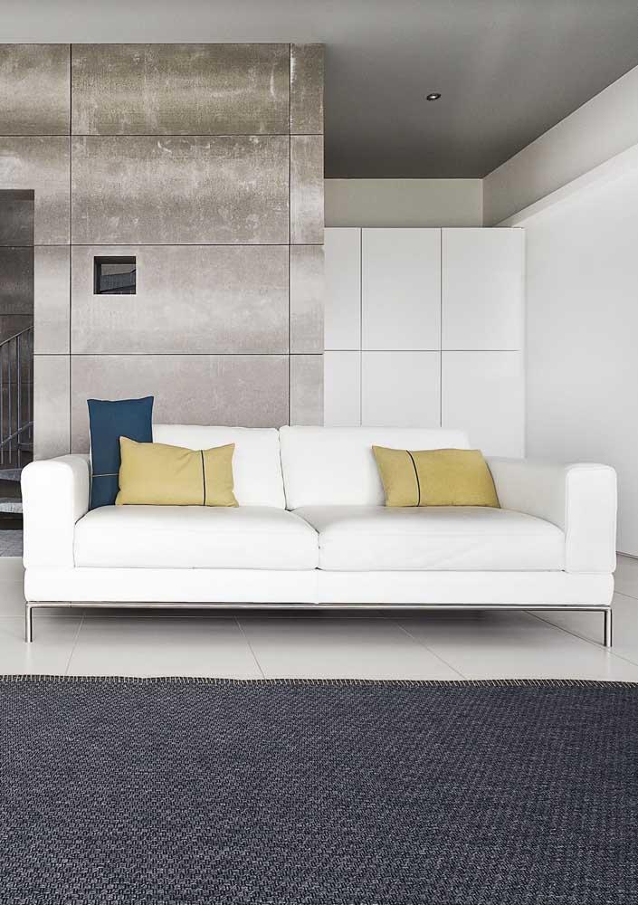 Para quem ama sofá branco, pode investir em um modelo revestido com tafetá