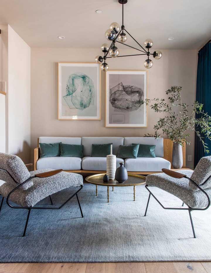 A combinação entre a madeira e a cor do tafetá ficou incrível nesse sofá