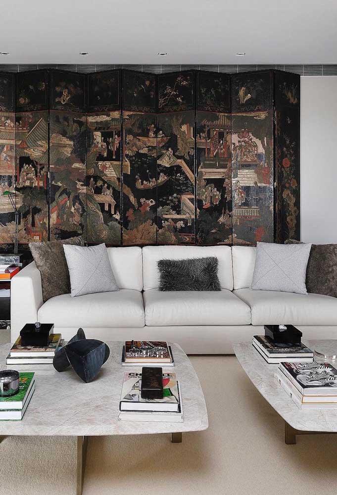Lá vem ele de novo, o sofá cinza, revelando sua beleza agora com o tafetá