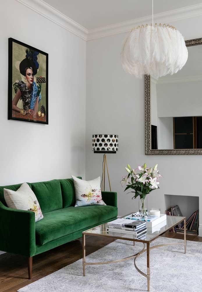 O sofá de veludo verde é uma preciosidade nessa sala que mescla elementos clássicos, modernos e retrôs