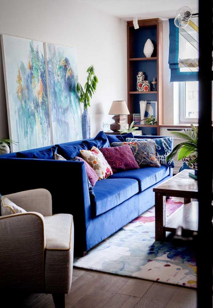 Sofá de veludo azul: aquele destaque que toda decoração merece