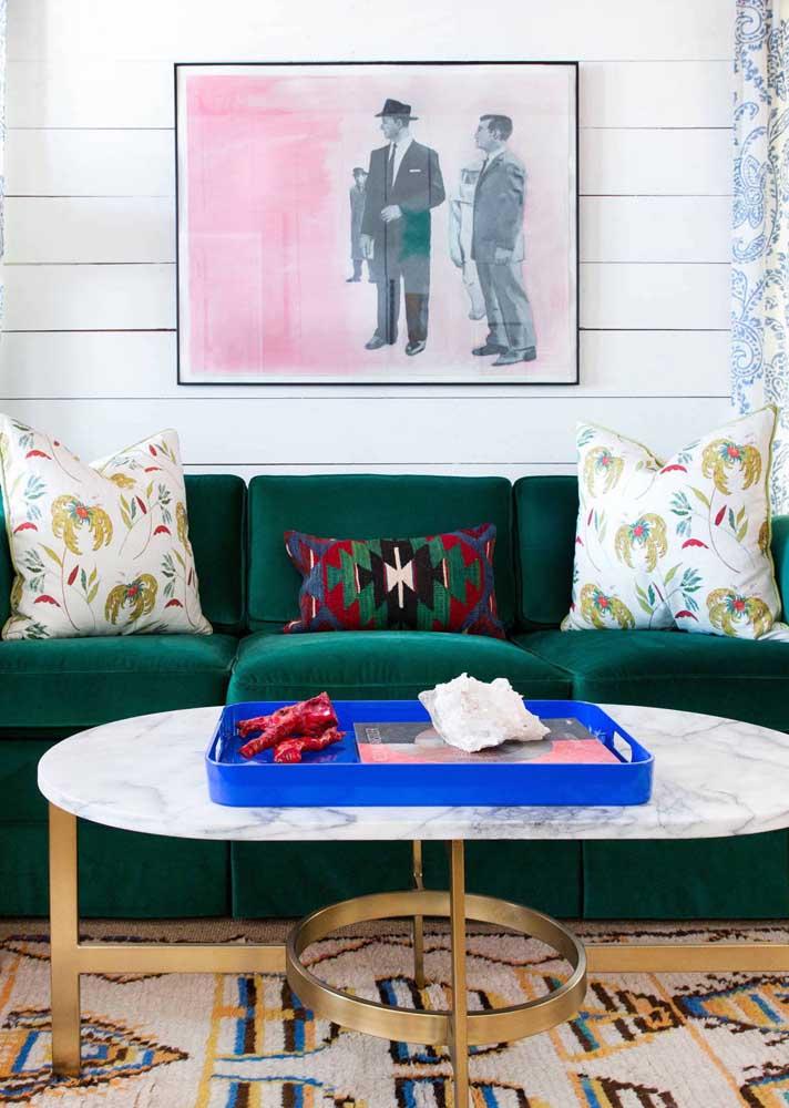 Charme, elegância e modernidade na sala com sofá de veludo verde