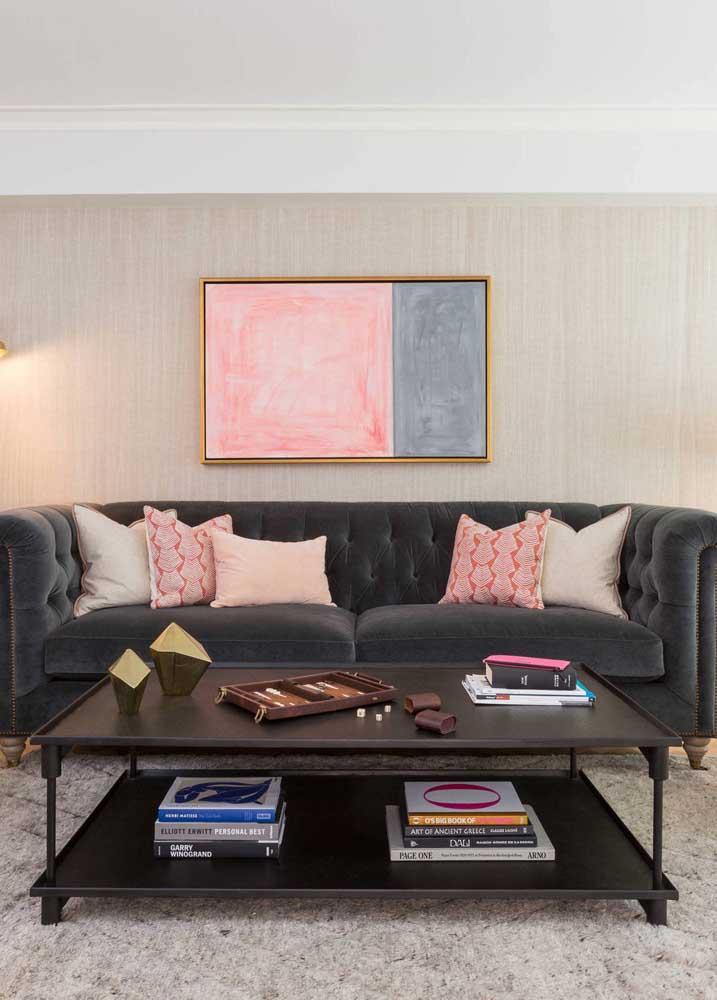 O sofá de veludo cinza ficou ainda mais bonito com o acabamento em capitonê
