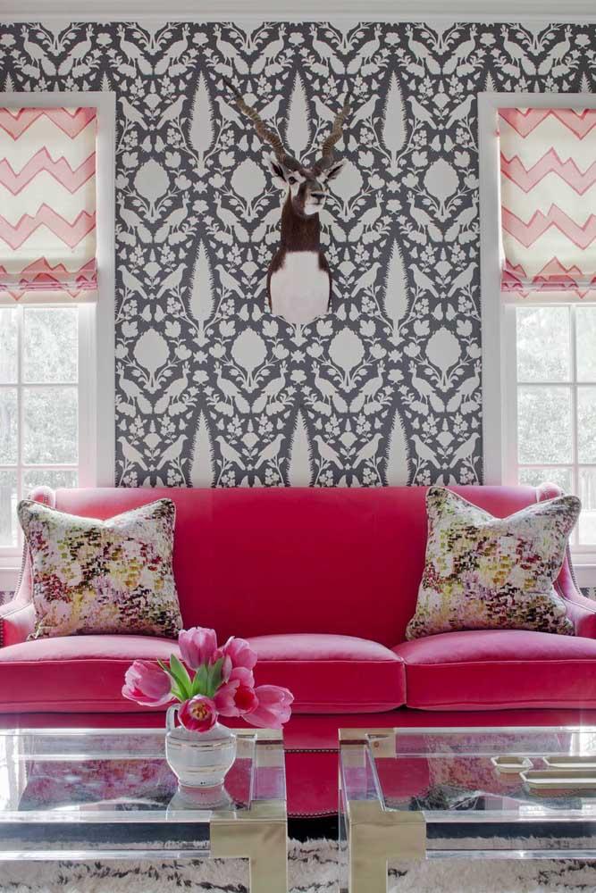 E que tal um sofá de veludo rosa? Ousadia e irreverência na sala