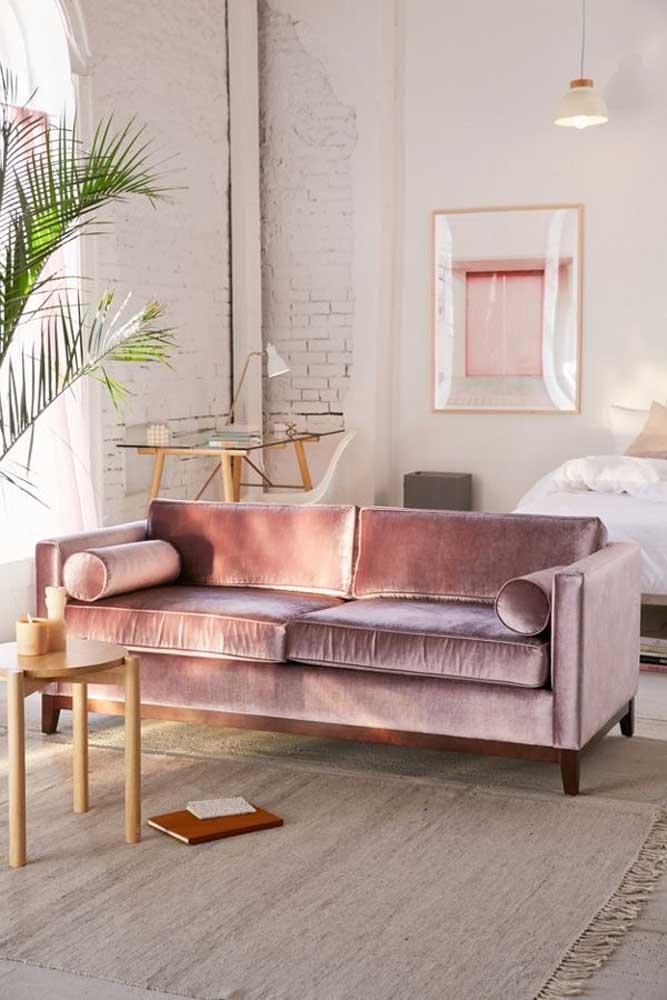 Brilho e maciez são o destaque desse sofá de veludo rosa claro
