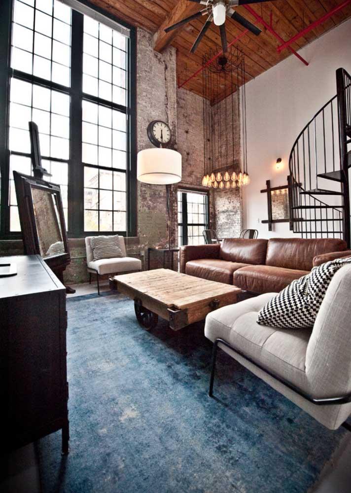 A qualidade do corino marrom desse sofá é tão grande que passa tranquilamente por um couro natural