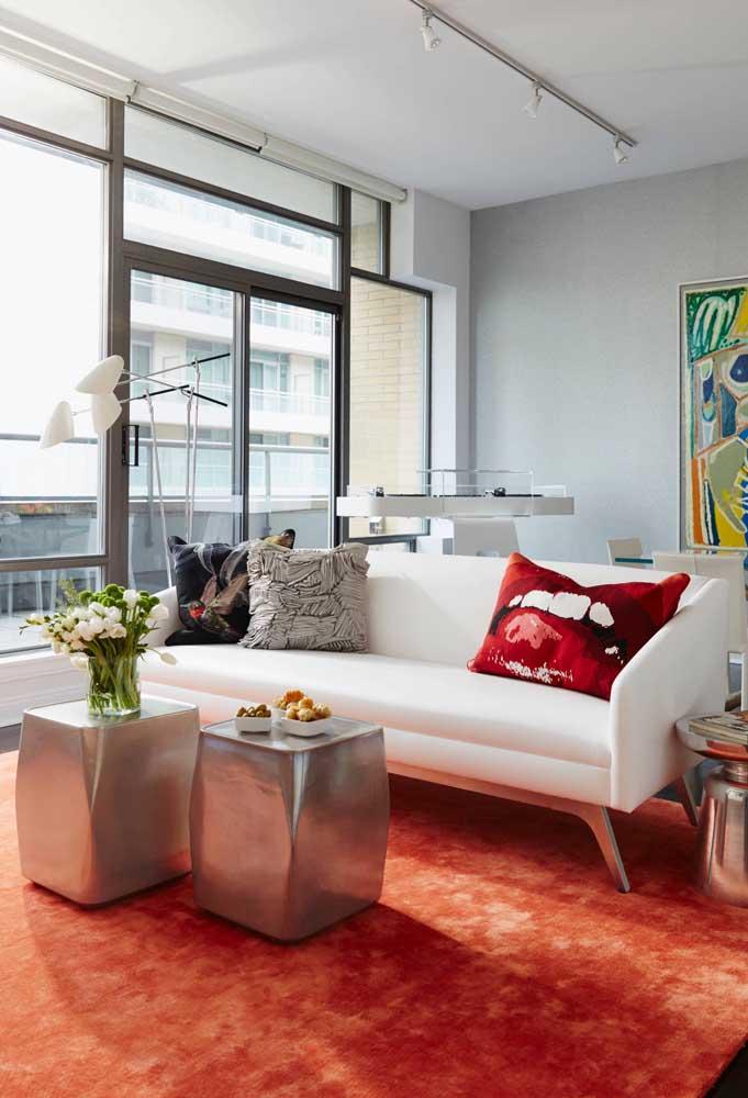 O sofá de couro sintético branco é ideal para decorações elegantes e contemporâneas