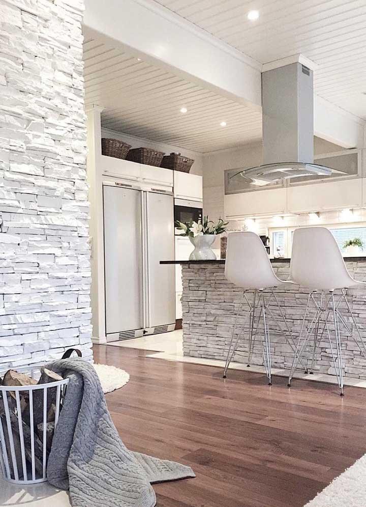 Canjiquinha na parede e balcão da cozinha americana