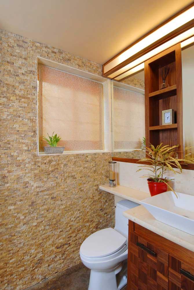 Esse banheiro ganhou a companhia da parede texturizada por canjiquinha