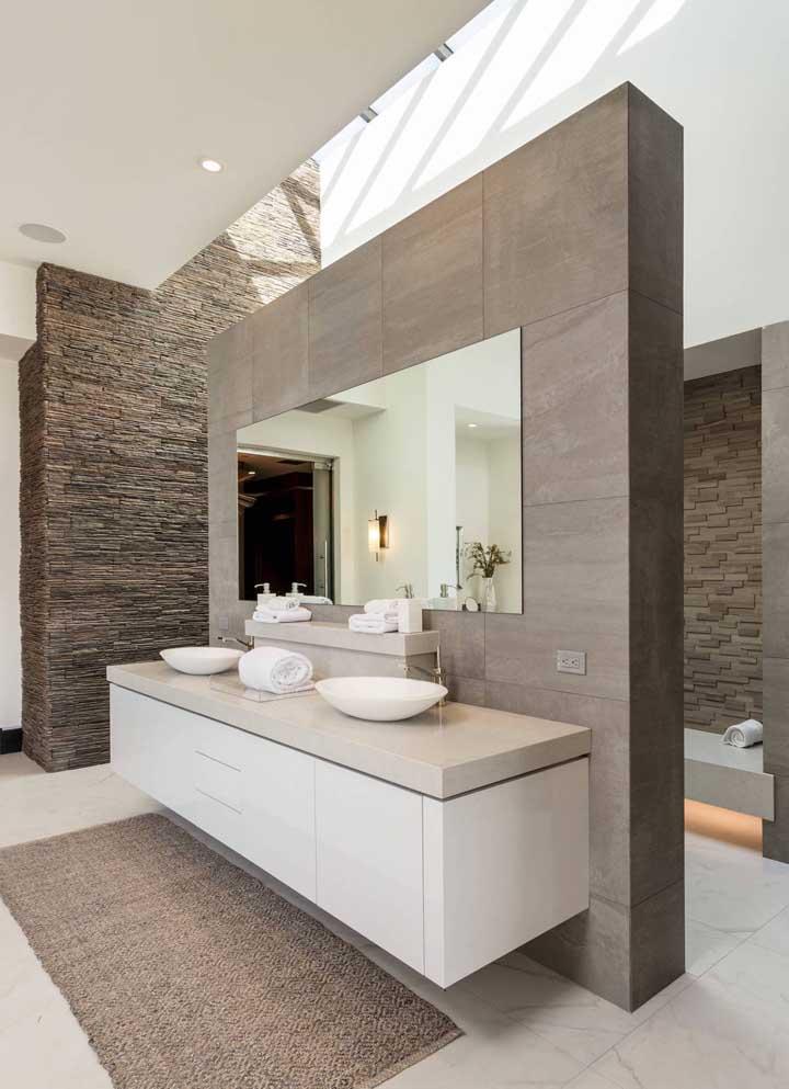 Um banheiro super charmoso, completado pelo design da canjiquinha ao fundo