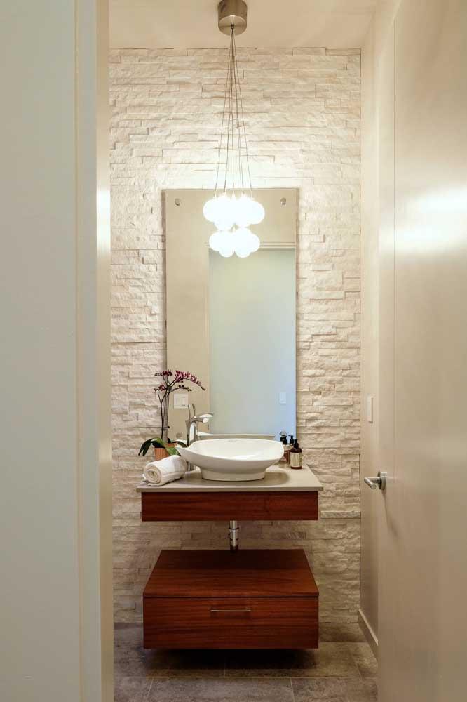 Uma forma interessante de valorizar um banheiro pequeno é apostando no uso da canjiquinha na parede da pia