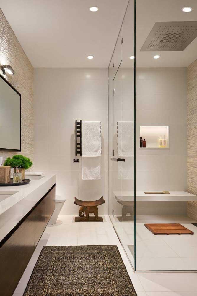 Duas paredes deste banheiro foram eleitas para contar com a canjiquinha; as pedras são bons revestimentos para os ambientes úmidos também