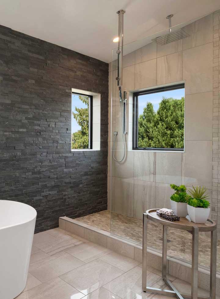 Inspiração de canjiquinha em tom escuro para o banheiro, com a escolha das paredes claras o ambiente ficou maravilhoso