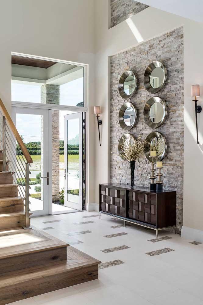 Hall de entrada com parede em canjiquinha em tons de cinza e branco