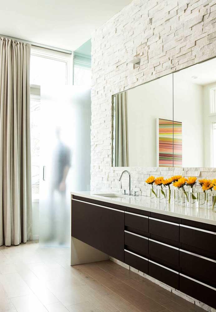 Canjiquinha branca para a parede do banheiro: um clássico
