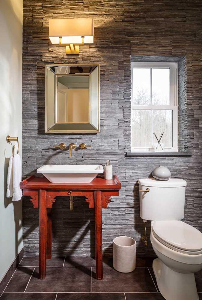 O banheiro moderno e cheio de estilo conta com a beleza da parede em canjiquinha cinza