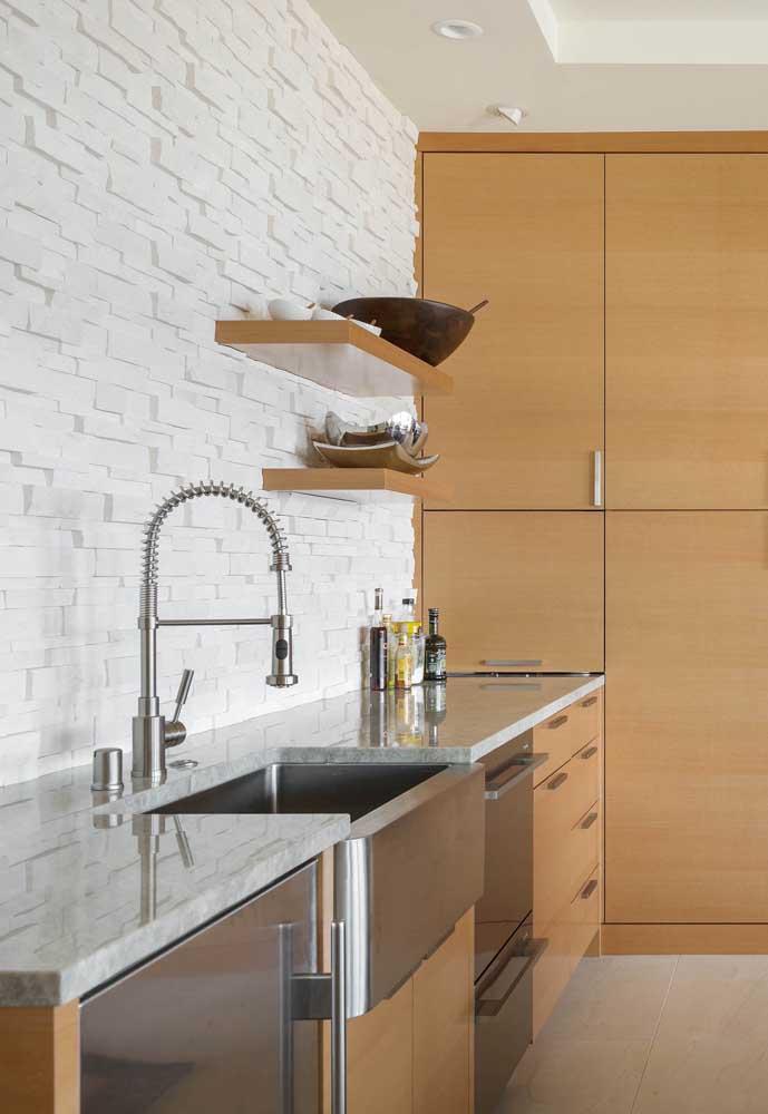 A parede da pia da cozinha com a aplicação da canjiquinha são tomé branca: um espetáculo visual