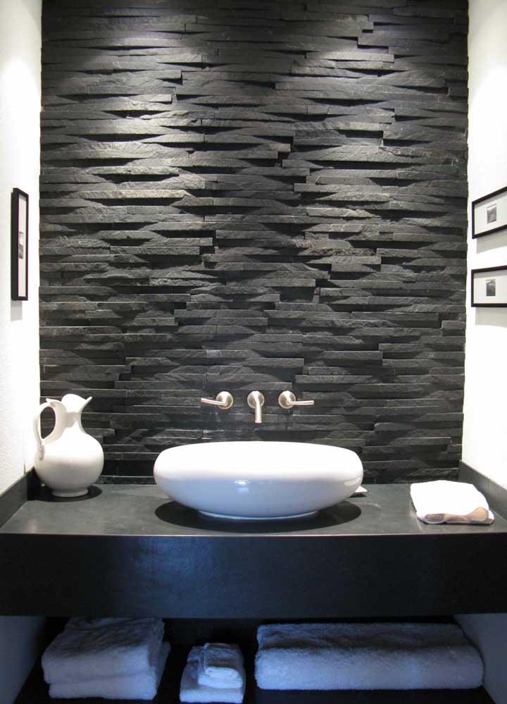 Quando falamos que a iluminação faz toda a diferença na apresentação da parede em canjiquinha é a mais pura verdade. Aqui, foram usados dois spots