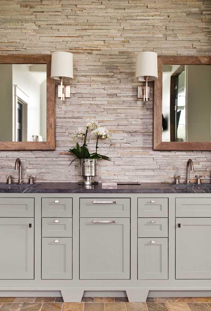 Canjiquinha na parede com pia dupla do banheiro; a cor bege é a mais escolhida para os projetos