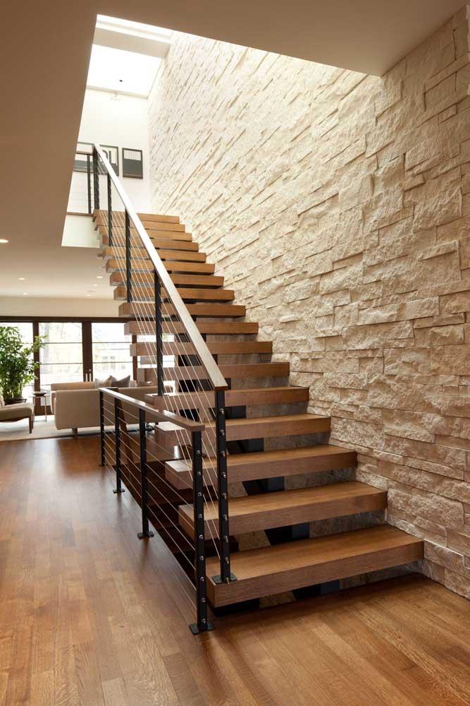 Canjiquinha goiás na escada; o estilo da casa muda completamente com a presença deste revestimento