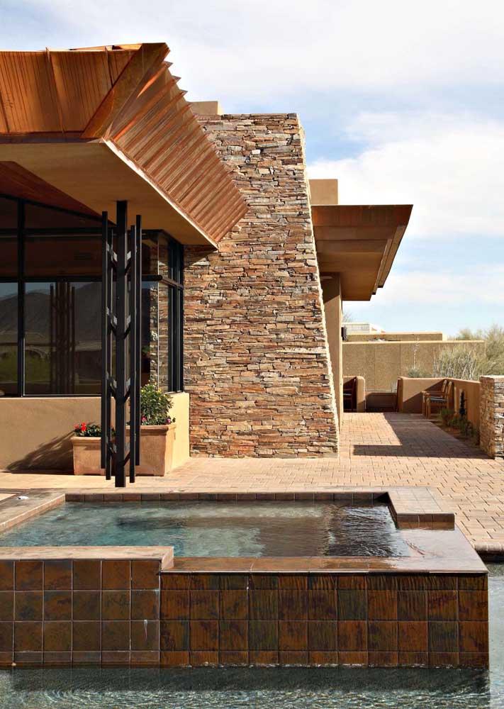 Área externa da casa com canjiquinha, uma querida dos projetos residenciais