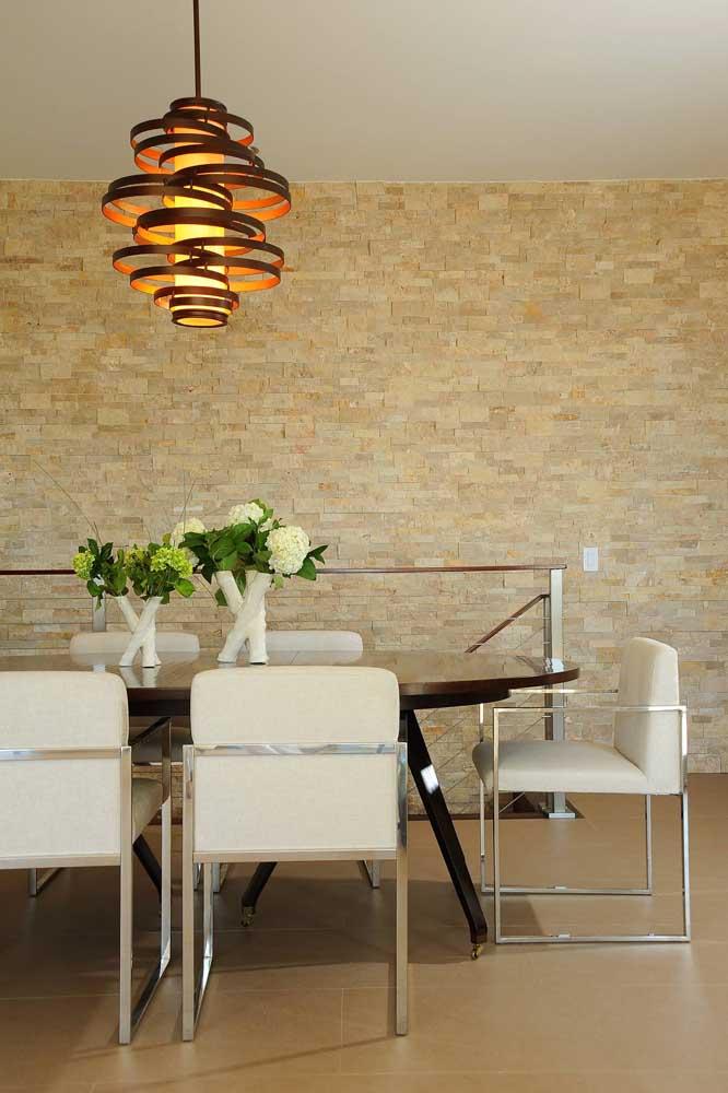 A sala de jantar ganhou destaque com a canjiquinha bege na parede