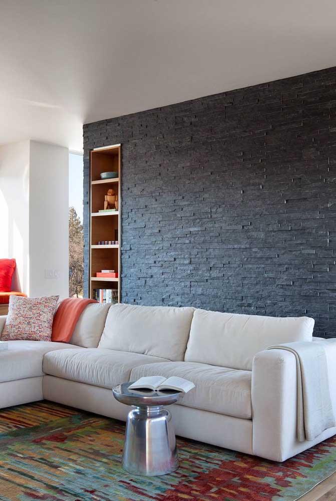 A canjiquinha cinza da sala de estar ganhou a companhia da prateleira embutida na parede