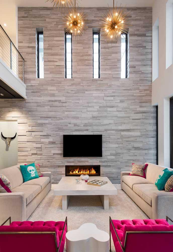 Uma linda inspiração de sala de estar com pé direito duplo e parede em canjiquinha bege