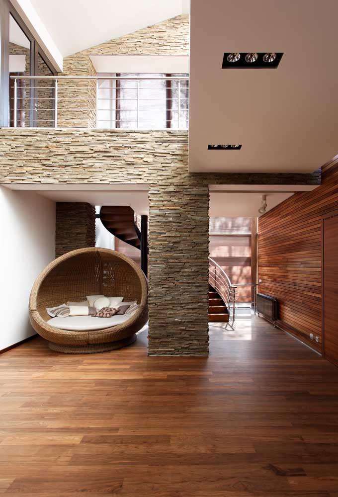 Os dois andares da casa com pé direito alto ganharam paredes em canjiquinha com relevos diferentes