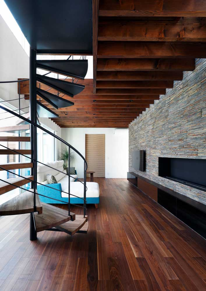 Detalhes em madeira na casa combinam muito bem com o revestimento canjiquinha