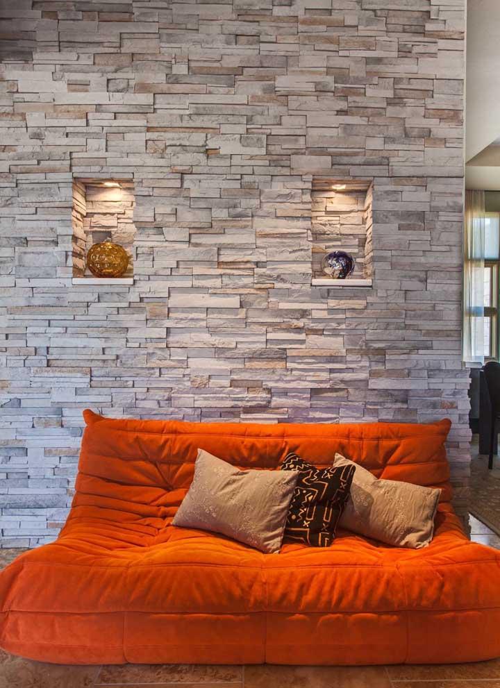 Espaço super aconchegante para a sala de estar com o design da parede em canjiquinha