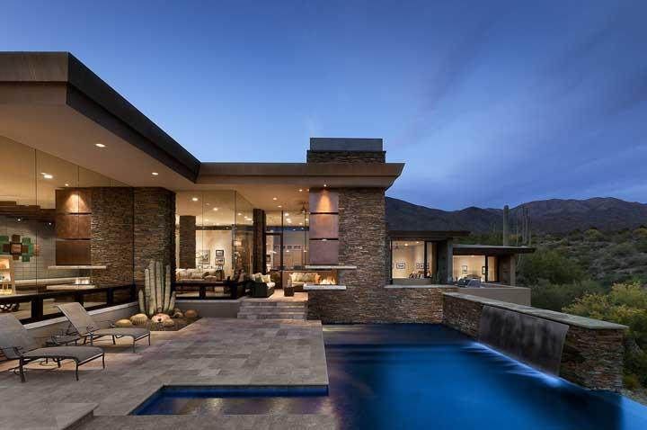Canjiquinha para o espaço externo da casa emoldurando a piscina