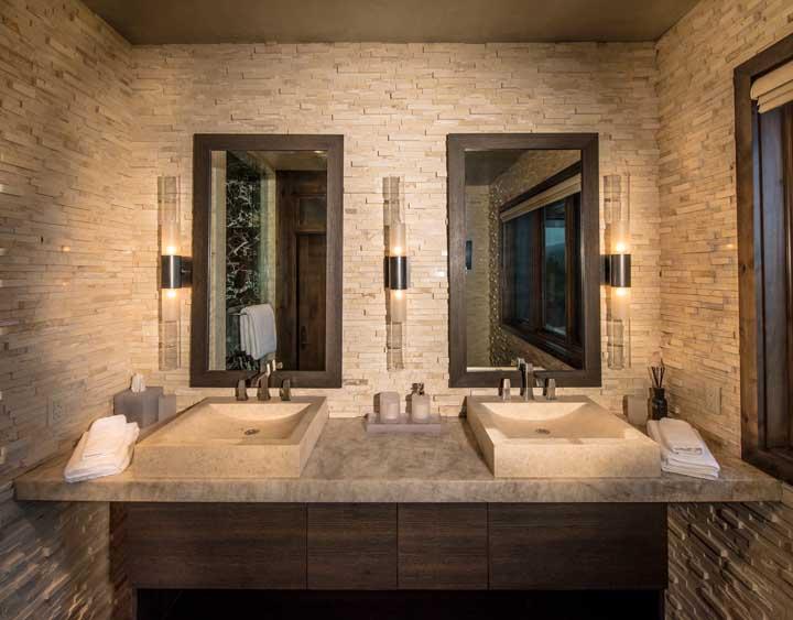 Pia dupla do banheiro com parede em canjiquinha