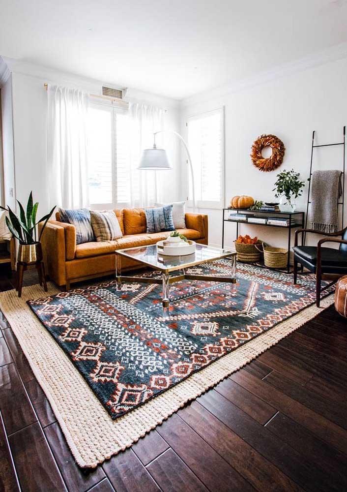 Tem um tapete que é uma verdadeira obra de arte? Então faça o seguinte: use-o sobre um tapete maior de tom neutro, de modo que esse segundo tapete funcione como uma moldura do tapete acima